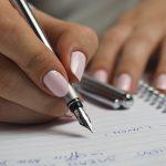 Frauenhand schreibt